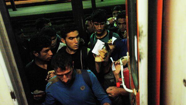 Мигранти са Блиског истока укрцавају се у воз за Будимпешту на железничкој станици у Београду - Sputnik Србија