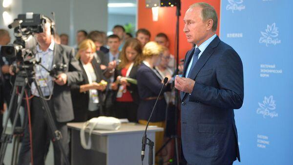 Председник РФ Владимир Путина на Источном економском форуму у Владивостоку, 4. септембра 2015. - Sputnik Србија