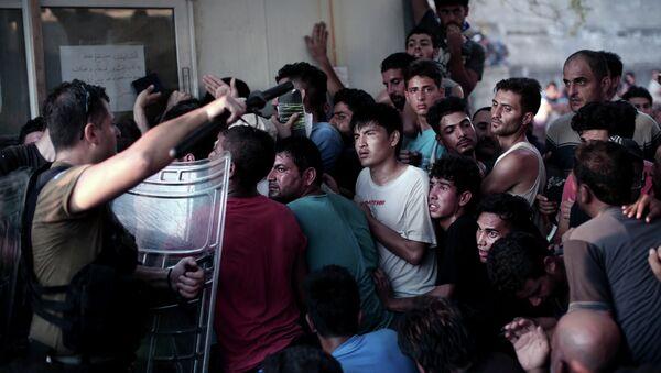 Specijalci potiskuju izbeglice na grčkom ostrvu Lezbos - Sputnik Srbija