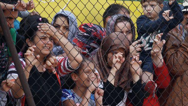 Избеглице иза ограде у прихватном центру у Мађарској - Sputnik Србија