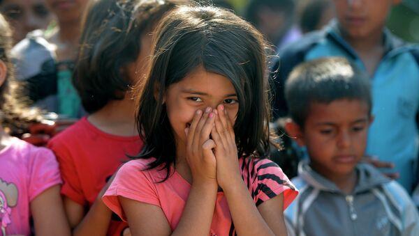 Deca izbeglice u parku kod autobuske stanice u Beogradu - Sputnik Srbija