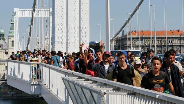 Izbeglice idu peške iz Budimpešte u Beč - Sputnik Srbija