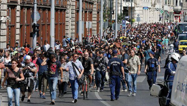 Stotine izbeglica koji se danima nalaze na železničkoj stanici Keleti u Budimpešta krenulo je danas pešice ka Beču.Oni su pešice krenuli ka Austriji pošto su mađarske vlasti obustavile železnički saobraćaj iz Budimpešte ka Zapadnoj Evropi - Sputnik Srbija