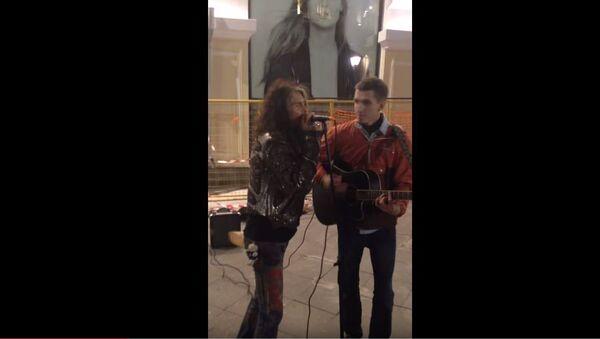 Stiven Tejlor peva na ulici u Moskvi - Sputnik Srbija