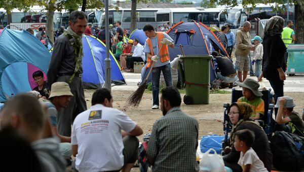 Избеглице у парку код Београдске аутобуске станице - Sputnik Србија