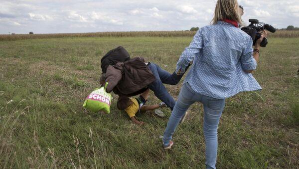 Камерманка Петра Ласло шутнула избеглицу из Сирије приликом бекства из избегличког центра у селу Реске - Sputnik Србија