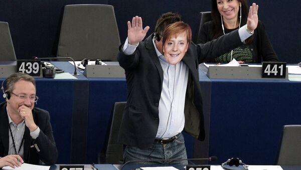 Италијански посланик Ђанлука Буонано носи маску са ликом Ангеле Меркел у Европском парламенту - Sputnik Србија