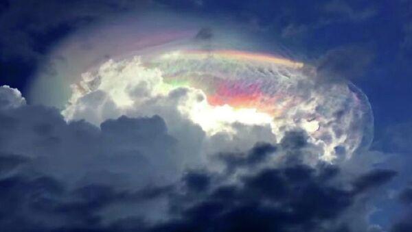 Prelivanje oblaka u duginim bojama - Sputnik Srbija