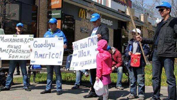 Članovi ruske nacionalističke stranke LDPR na protestu protiv GMO hrane u blizini Mekdonalds restorana - Sputnik Srbija