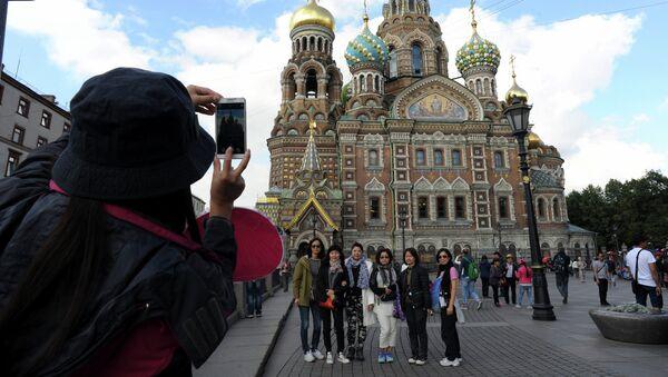 Кинсеки туристи испред Цркве спаса на крви у Санкт Петрбургу - Sputnik Србија