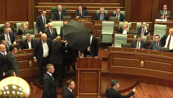 Ису Мустафу гађају јајима у Скупштини Косова - Sputnik Србија