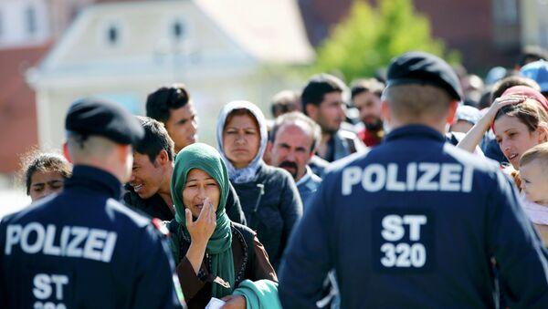 Сиријиске избеглице  испред кордона полиције - Sputnik Србија