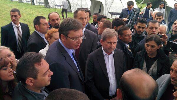 Johanes Han i Aleksandar Vučić u Prihvatnom centru za izbeglice u Šidu - Sputnik Srbija