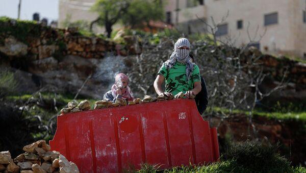 Palestinski protestanti iza barikade - Sputnik Srbija