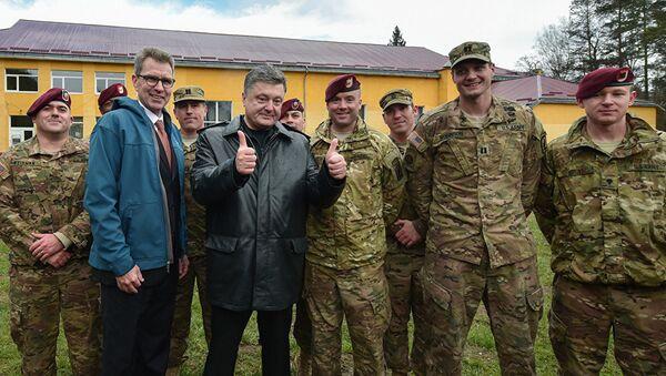 Петро Порошенко са америчким војницима - Sputnik Србија