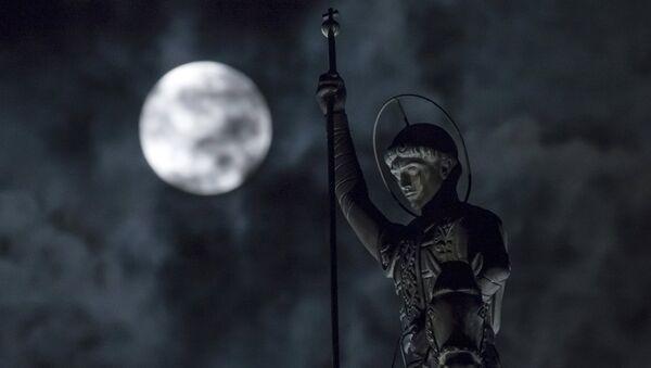 Супермесец иза статуе Светог Ђорђа у Рјазану - Sputnik Србија