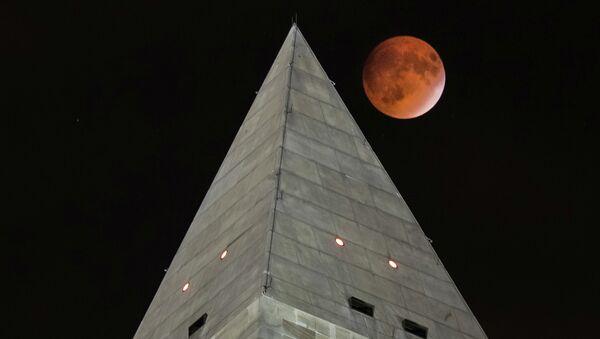 Такозвани супермесец иза врха Вашингтоновог споменика током помрачења месеца (27. септембар 2015). - Sputnik Србија