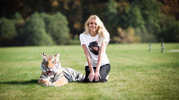 Ксенија Сухинова и младунче тигра - Sputnik Србија