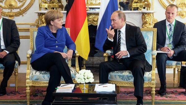 Nemačka kancelarka Angela Merkel i ruski predsednik Vladimir Putin na sastanku u Parizu, 02. 10. 2015. - Sputnik Srbija