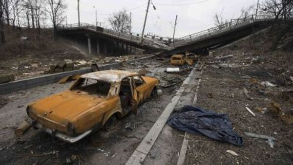 Сожженные машины неподалеку от разрушенного моста в Донецке - Sputnik Србија