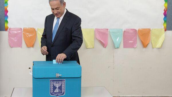 Izraelslki premijer Netanjahu ubacuje svoj glasački listić - Sputnik Srbija