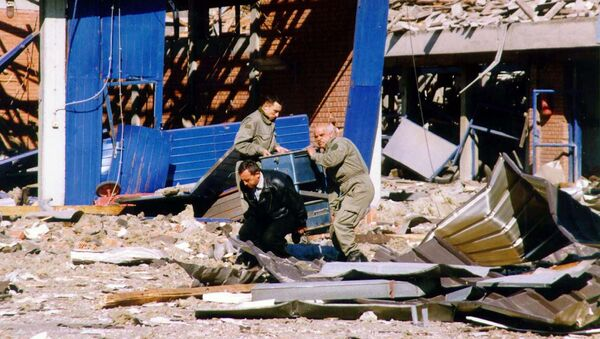 Workers clean the debris of a police training centre in Novi Sad, in the north of Yugoslavia 25 March 1999 which was destroyed during NATO air strikes, according to the official Yugoslav news agency, Tanjug. - Sputnik Srbija