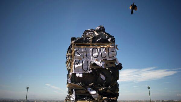 Statua britanskog kolonizatora Sesila Džona Roudsa prekrivena plastičnim kesama kao deo protesta studenata i osoblja Univerziteta u Kejptaunu - Sputnik Srbija
