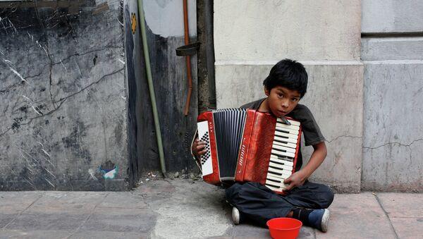 Ром са хармоником свира на улици - Sputnik Србија